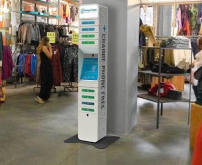 tienda cargador móviles gratuito clientela teléfono mientras compra cliente